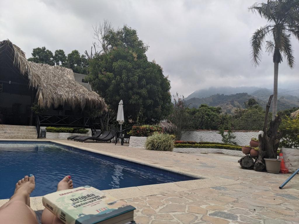 Andrea explayada al lado de la piscina en el Tayrona, con la mejor compañia: Diana Uribe.