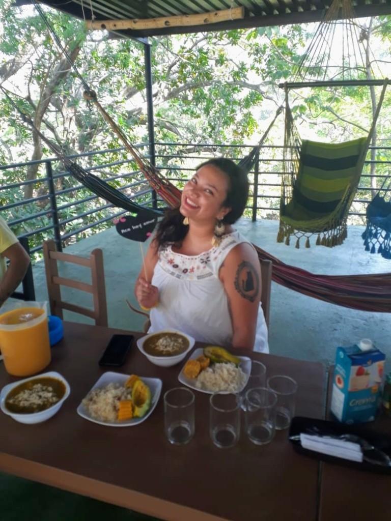Andrea de cumple, comiendo ajiaquito santafereno.