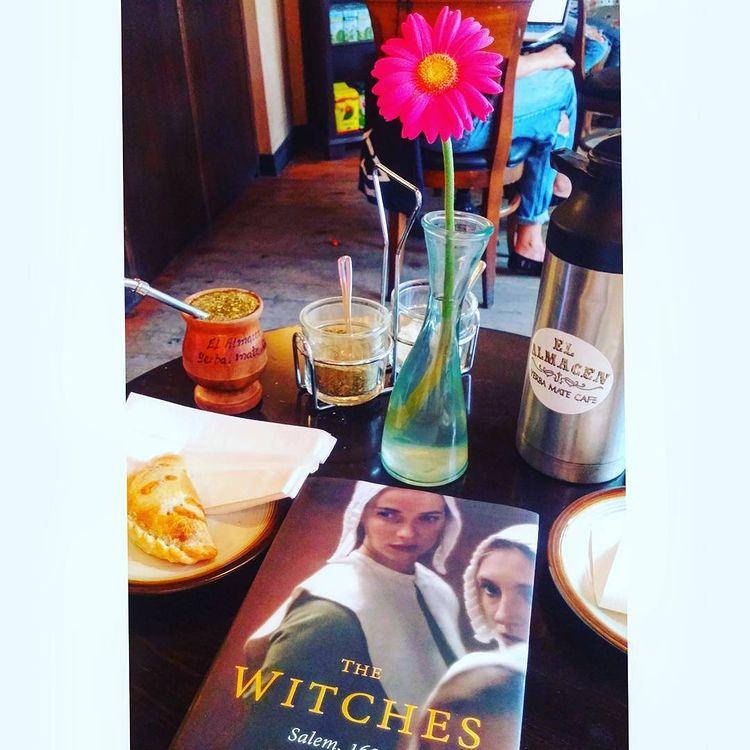Leyendo The Witches en El Almacen de Toronto